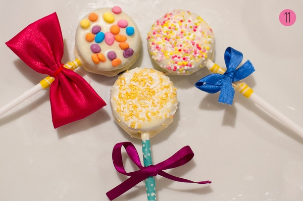 Oreo Pops Source: http://www.bespoke-bride.com/2014/02/25/wedding-diy-how-to-make-oreo-pops-aka-the-yummiest-favours-ever/