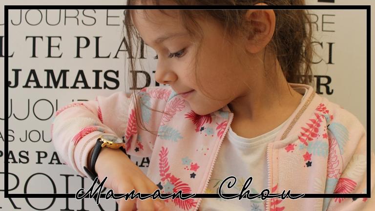 La jolie montre à Ninie pour apprendre doucement l'heure